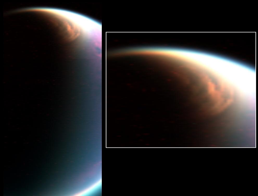 Vešký metánový mrak na severnej pologuli. Vrchné vrstvy atmosféri Titánu siahajú až do výšky 600 km. Preto sa mesiac zdá väčší, ako v skutočnosti je. Pre porovnanie, zemská stratosféra siaha do výšky len 50 km.