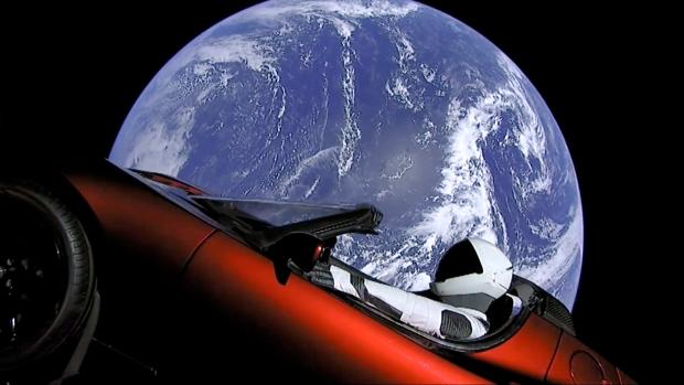 automobil Tesla vo vesmíre