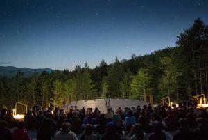 Amfiteáter a astronomická show pod holým nebom môže po zotmení začať